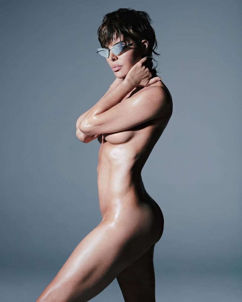 Lisa rinna posts completely nude photo of herself during the holidays